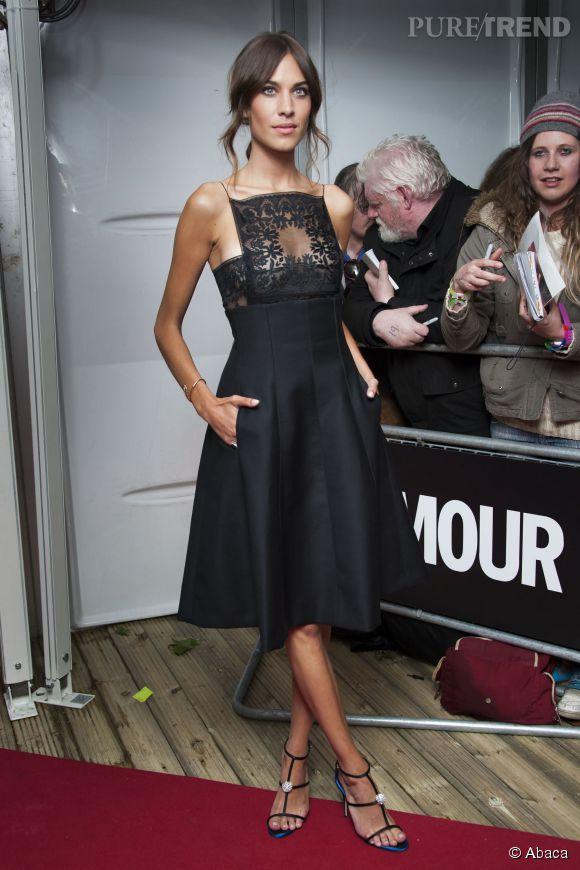 Alexa Chung nous séduit dans sa robe Christian Dior Croisière 2015 avec un corsage en dentelle.
