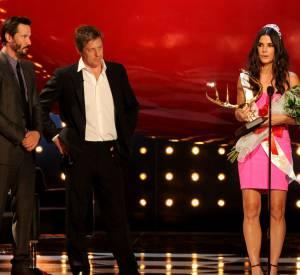 Sandra Bullock s'est vue remettre l'award du Decade of Hotness des mains de Hugh Grant, Keanu Reeves et Matthew McConaughey.