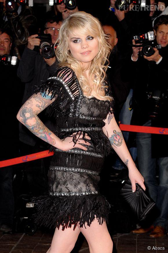 Coeur de Pirate, fière de ses tatouages lors de la 11ème cérémonie des NRJ Music Awards en janvier 2010.