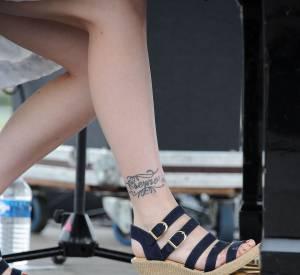 Si elle n'a pas encore fait tatouer ses pieds, la cheville de Coeur de Pirate n'y a pas échappé.