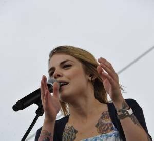 Coeur de Pirate au Prix de Diane Londines, en juin 2011, dévoile ses tatouages dans une robe bustier avec un gilet aux manches courtes.