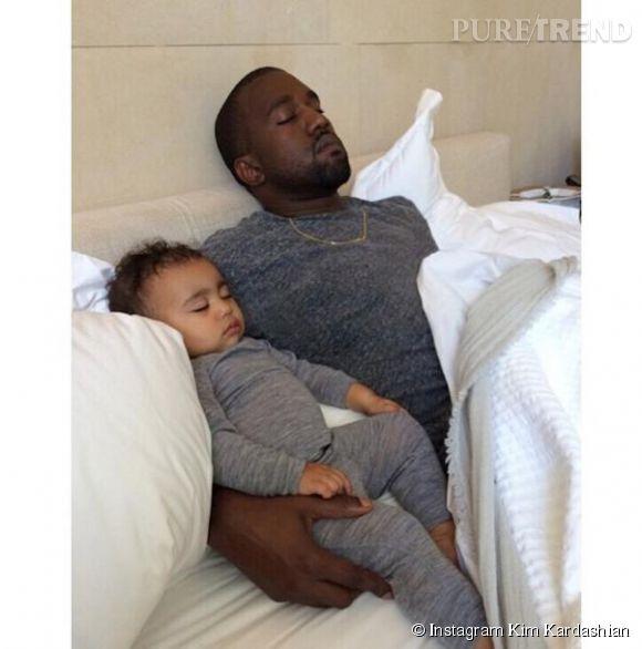 Kanye West et sa petite North se payent une sieste sous l'oeil bienveillant de Kim Kardashian, le 15 juin 2014, jour de l'anniversaire du petit bout et fête des pères.
