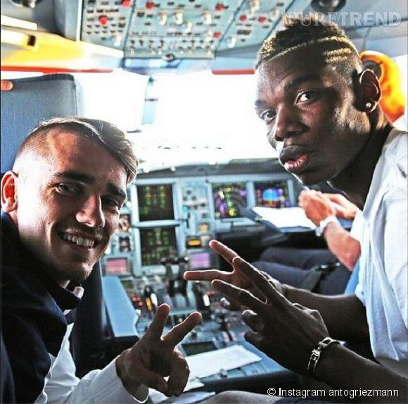 Antoine Griezmann et Paul Pogba dans le cockpit de l'avion qui les amène au Brésil pour le Mondial 2014.