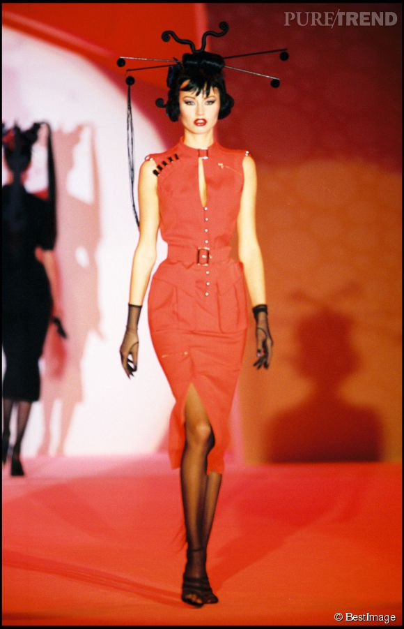 Adriana Karembeu, mannequin pour Thierry Mugler en 1994.