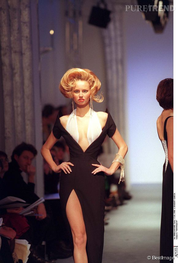Adriana Karembeu, mannequin pour Thierry Mugler en 1998.