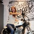 Doria Tillier n'a besoin de personne en Harley Davidson.