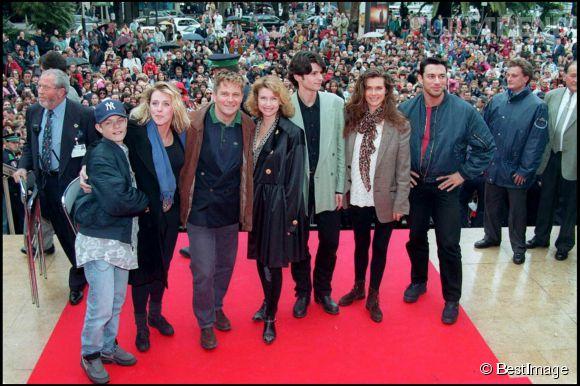 """Thierry Redler et certains acteurs de la série """"Les Filles d'à côté"""" à Cannes, en 1994."""