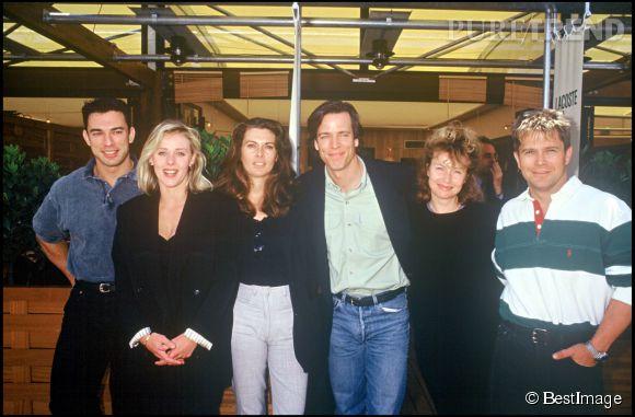 """Thierry Redler et certains acteurs de la sitcom """"Les Filles d'à côté""""."""