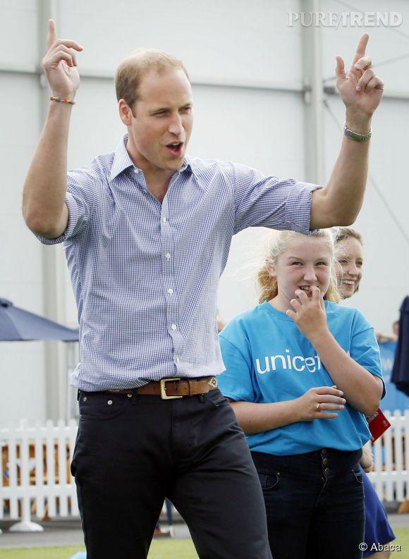 Le prince William est le premier héritier direct de la couronne d'Angleterre à devenir un employé rémunéré. Il devient pilote d'hélicoptère d'urgence !