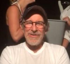 Steven Spielberg relève le Ice Bucket Challenge.