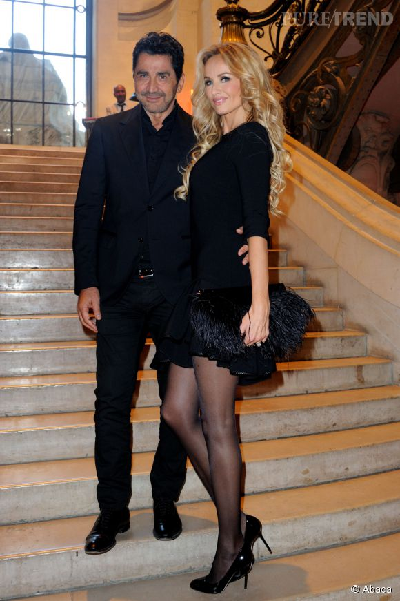 Jambes interminables et petite robe noire, les atouts d'Adriana Karembeu pour faire tourner la tête de son mari Aram.