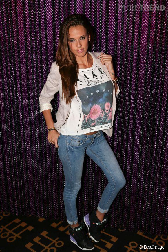 Son look passe-partout n'empêche pas Vanessa Lawrens de taper la pose.