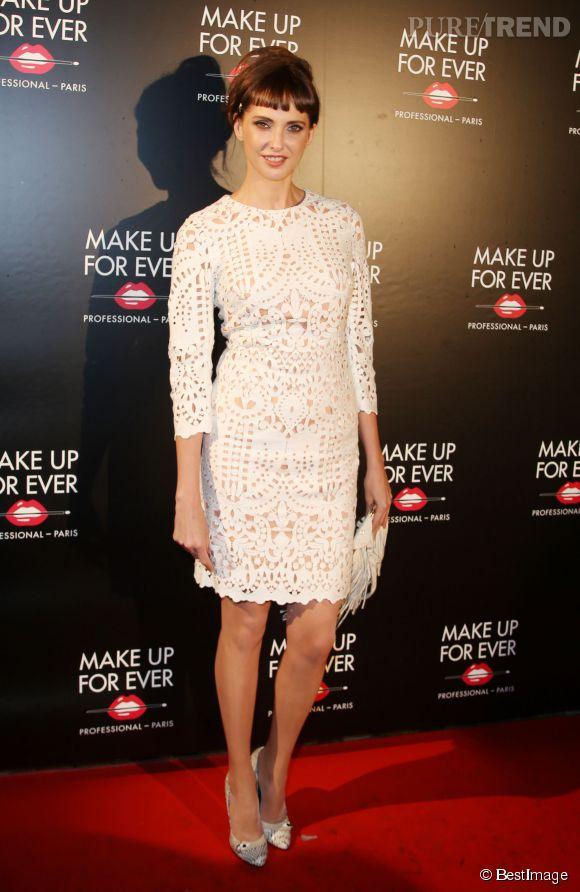 Frédérique Bel, charmante, dans une robe effet dentelle aux 30 ans de MUF à Paris.