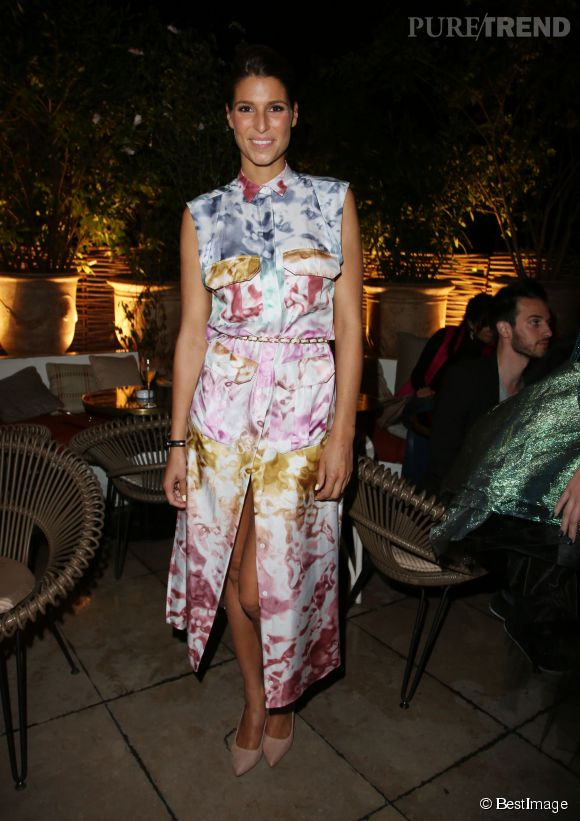 Laury Thilleman, divine dans sa robe estivale et colorée, au cocktail donné par MUF pour les 30 ans de la marque.