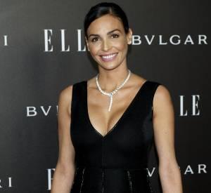 Inés Sastre met en valeur sa poitrine avec un décolleté profond et un collier précieux.