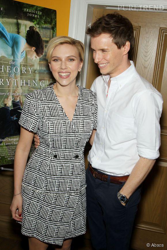 """Scarlett Johansson rayonnante aux côtés d'Eddie Redmayne pour une projection de """"The Theory of Everything"""" à New York. Sa première apparition après la naissance de sa fille !"""