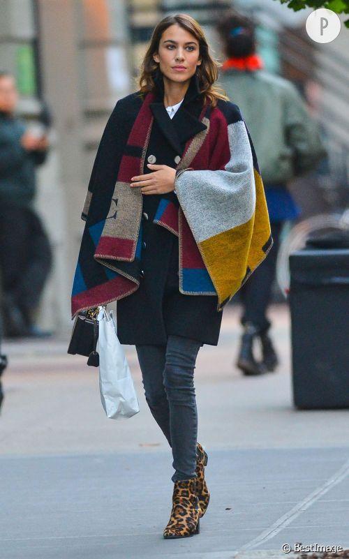 Alexa Chung adopte l'accessoires idéal pour la saison automnale dans les rues de New York.