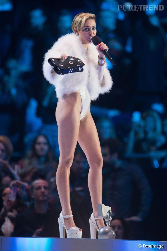 Miley Cyrus nous dévoile un peu trop son entrejambe aux MTV Europe Music Awards 2013.