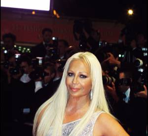 En 2000, la transformation physique de Donatella Versace est amorcée.