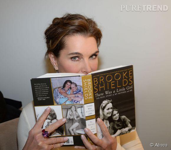 Brooke Shields et son accessoire fétiche du moment.