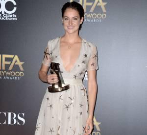 """Shailene Woodley, audacieuse et élégante pour recevoir un prix pour son rôle dans le film """"Nos étoiles contraires"""" aux Hollywood Film Awards."""