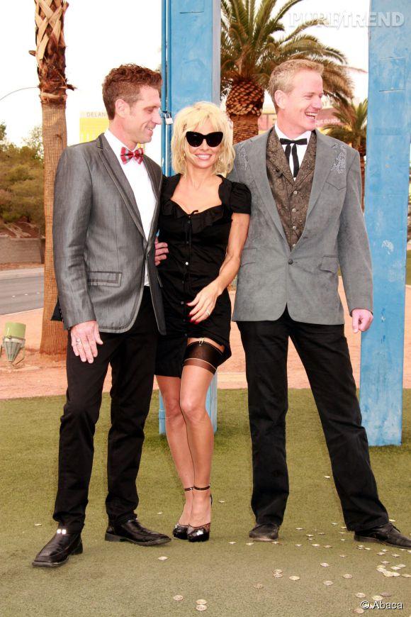 Pamela Anderson, pin-up aguicheuse au mariage de ses amis Jack et Dan.