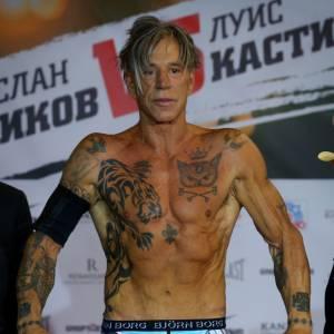 Mickey Rourke, métamorphosé pour remonter sur le ring. À 62 ans, il est plus sec que jamais.