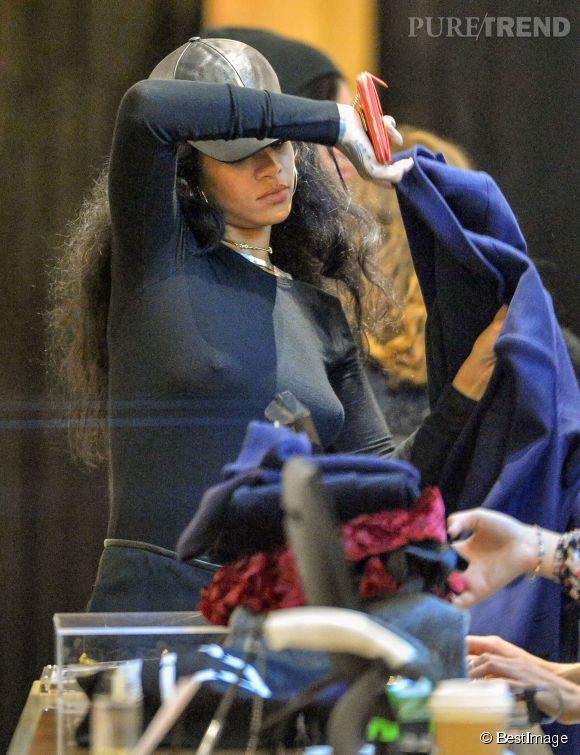 Rihanna, tétons à l'air dans les rues de New York.