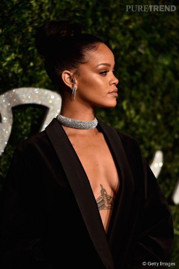 Rihanna lors des British Fashion Awards 2014 à Londres. Le décolleté est bien visible...