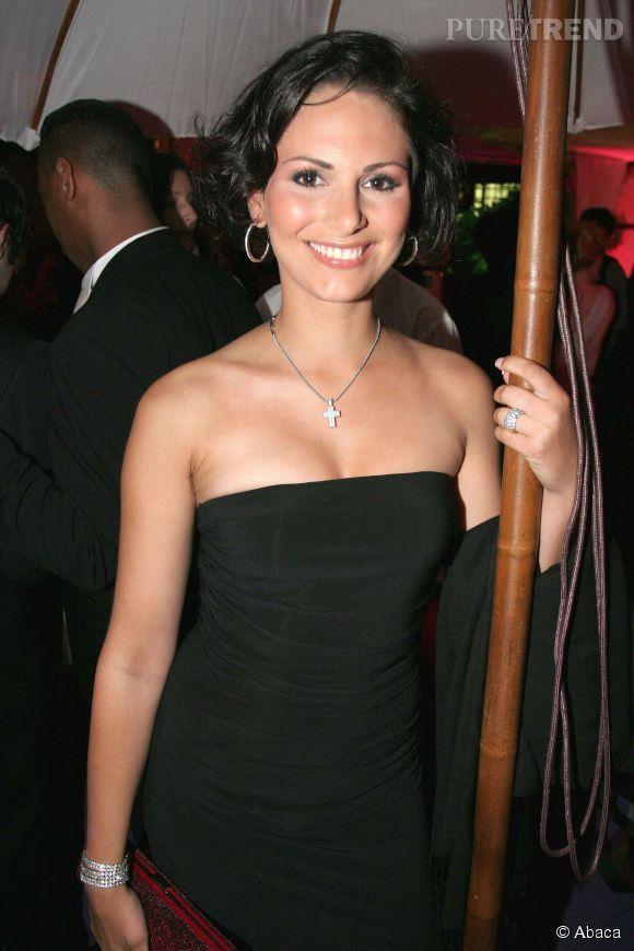 Laetitia Bléger, Miss France 2004, posera dénudée pour Playboy et Entrevue au grand dam de Geneviève de Fontenay.
