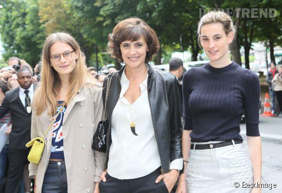 Inès de la Fressange et ses filles, Violette et Nine d'Urso, au défilé Chanel Haute Couture automne-hiver 2014/2015.