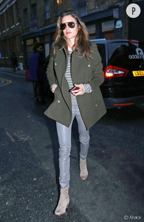 Alessandra Ambrosio et son total look militaire qu'on adopte.