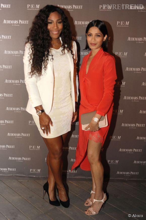 Serena Williams opte pour un total look white aux côtés d'une autre invitée, Freida Pinto.