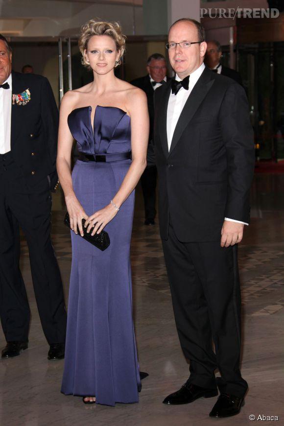 Charlène de Monaco affiche son amour des robes longues en 2009 avec ce bustier bleu nuit très glamour.