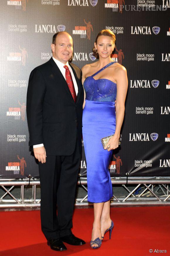 Charlène de Monaco, elle troque le bleu nuit pour le bleu électrique et la robe longue pour la robe midi pour une opération séduction sur tapis rouge réussie en 2010.