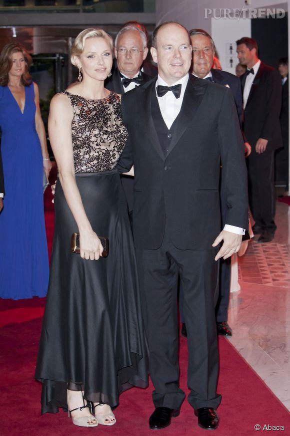 Charlène de Monaco, toute en grâce et féminité dans une robe bi-matière en 2012.