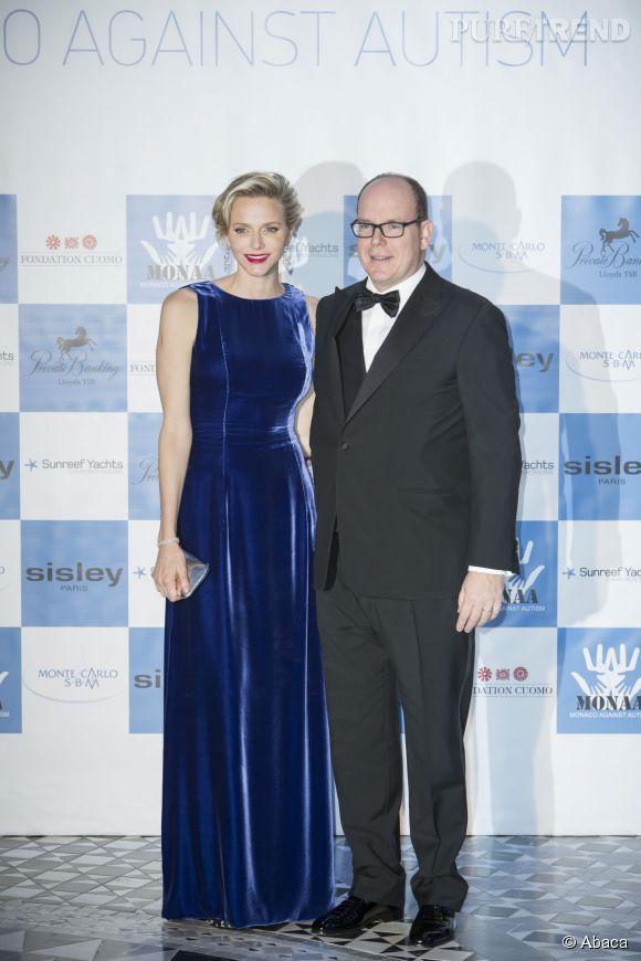 Robe en velours bleu marine et rouge à lèvres rouge, Charlène de Monaco assume le look ultra glamour.