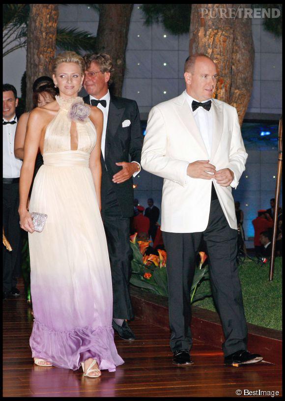 Charlène de Monaco ose la robe bicolore et le décolleté audacieux en 2008, on adore !