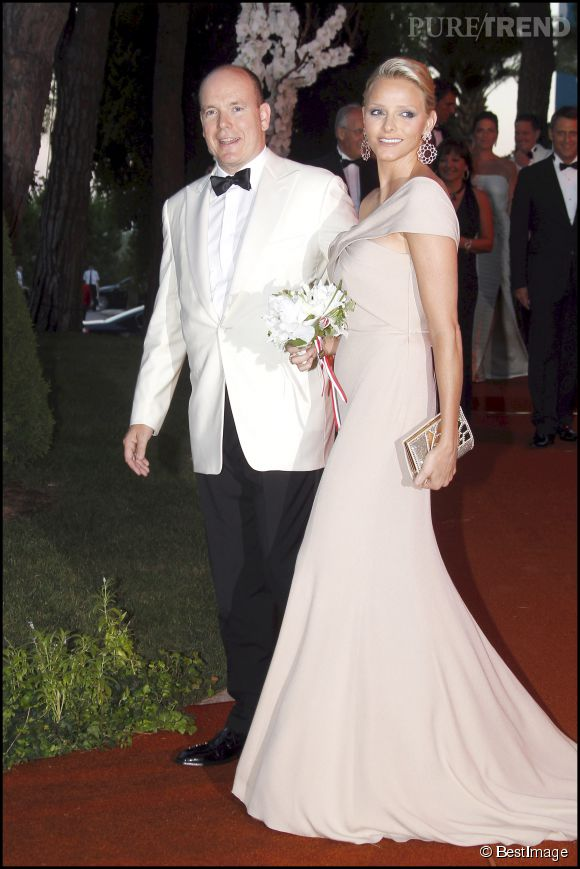 Look nude et large évasé, difficile de ne pas tomber sous le charme de Charlène de Monaco.