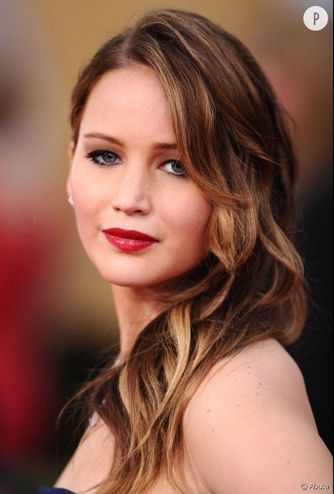 jennifer lawrence et son rouge fonc j law fait partie. Black Bedroom Furniture Sets. Home Design Ideas