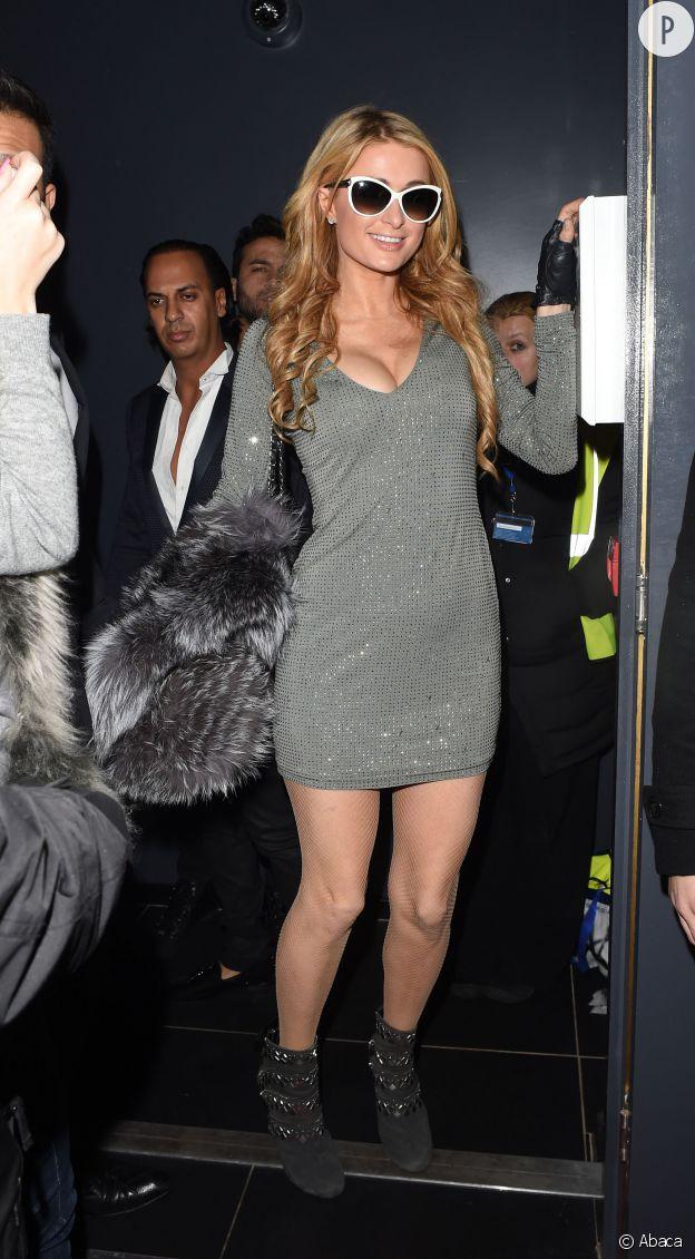 Paris Hilton, une diva réchauffée à Londres, elle arbore même les lunettes de soleil en pleine nuit.