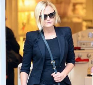 Lunettes noires et sac en bandoulière, elle a tout bon.