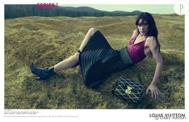 Charlotte Gainsbourg : top dos-nu en cuir, pose lascive et botte de foin... Le nouveau style de Vuitton par Ghesqière ?