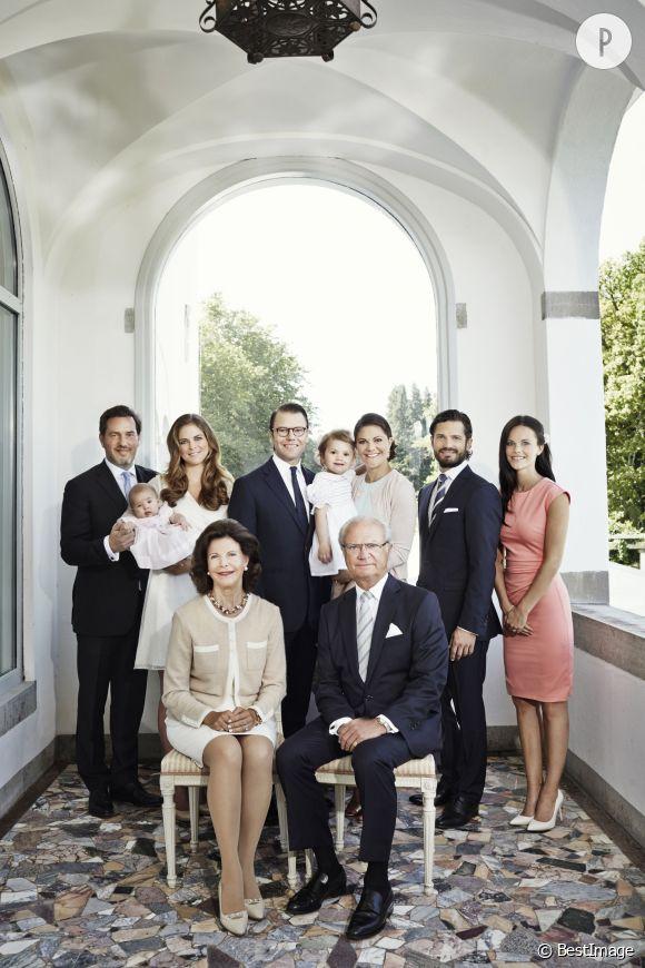La famille royale de Suède au grand complet pose pour un superbe portrait officiel.