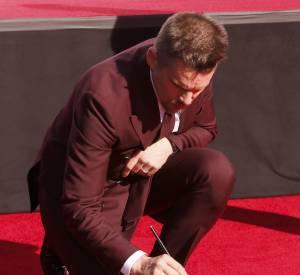Ethan Hawke personnalise et dédicace ses empreintes sur le Walk Of Fame.