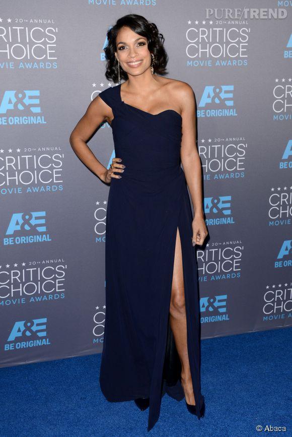 Rosario Dawson et sa robe asymétrique bleu marine aux Critics Choice Movie Awards 2015 : classique mais efficace.