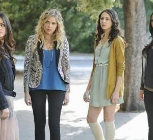Sur cette photo, on distingue bien le look des quatre filles : Aria est rock avec une touche de romantisme, Hanna toujours à la pointe de la mode avec une veste imprimée, Spencer, très classique avec une robe, un cardigan et des chaussettes hautes, et enfin Emily, garçon manqué avec un sweat à capuche.