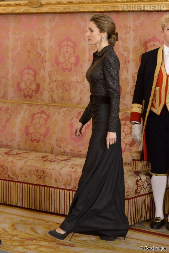 Letizia d'Espagne est amincie par sa longue robe noire... Comme si elle avait besoin de ça !