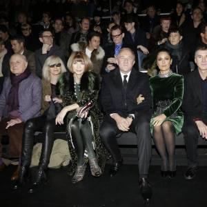 Au défilé Saint Laurent pour la nouvelle collection Automne-Hiver 2015/2016, Salma Hayek et son mari étaient entourés entre autres d'Anna Wintour, Pierre Bergé, Etienne Daho, Betty Catroux Emmanuelle Alt et Vincent Lacoste.