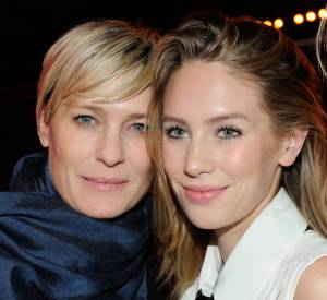 """L'actrice de """"House of cards"""" et sa fille Dylan Penn passent du bon temps ensemble en soirée à Paris !"""